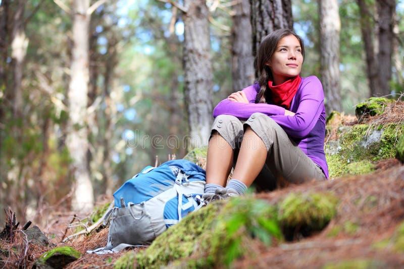 fotvandra vilande kvinna för höstskogfotvandrare fotografering för bildbyråer