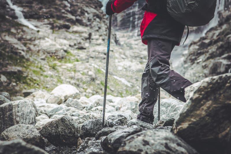 Fotvandrare för bergslinga arkivbilder