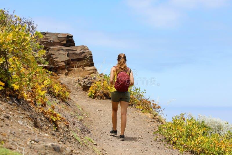 Fotvandrare för ung kvinna som fotvandrar på det härliga berget på den Tenerife ön arkivfoton
