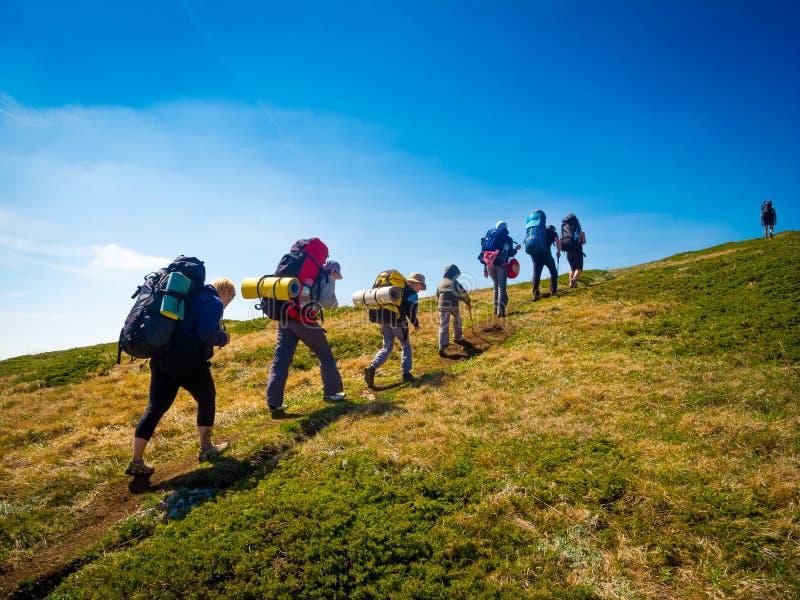 Fotvandrare grupperar trekking i Krim royaltyfria bilder