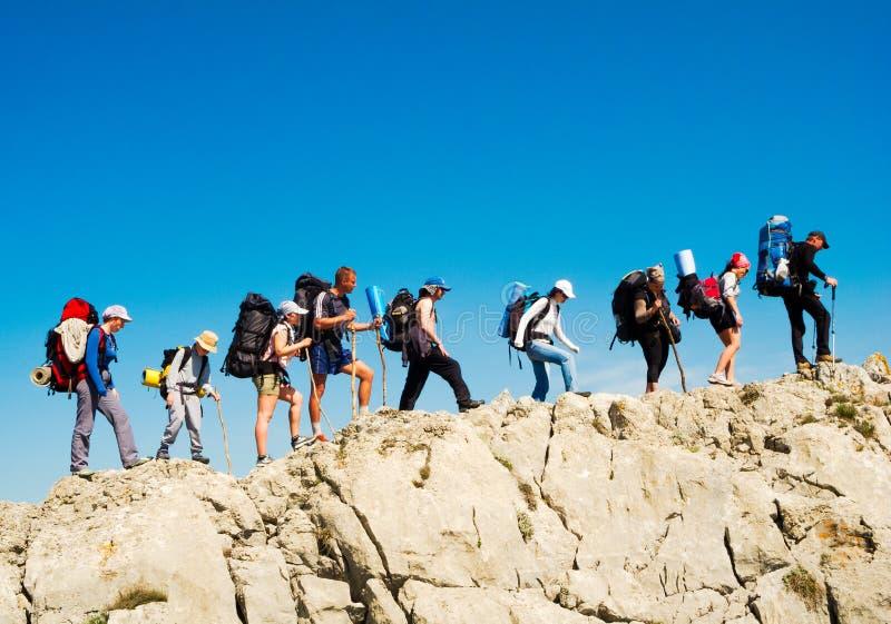 Fotvandrare grupperar trekking i Krim royaltyfri fotografi