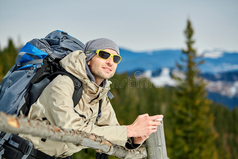 Fotvandrare i bergen royaltyfri foto