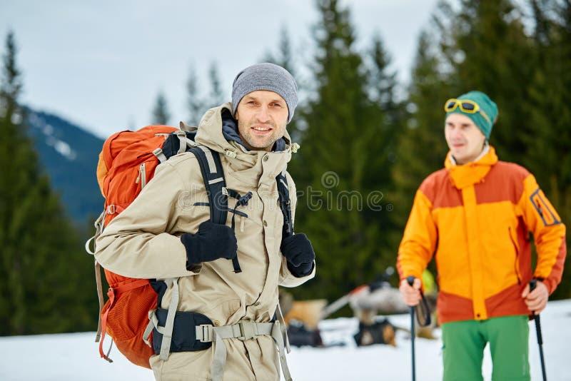 Fotvandrare i bergen arkivfoto