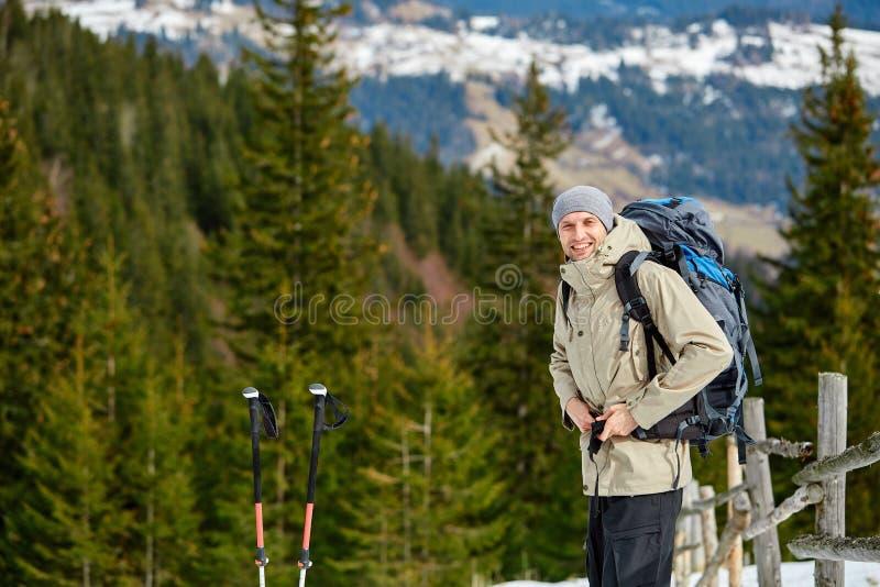 Fotvandrare i bergen royaltyfria bilder