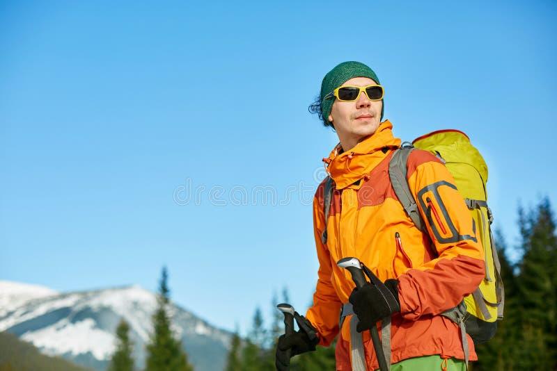Fotvandrare i bergen fotografering för bildbyråer