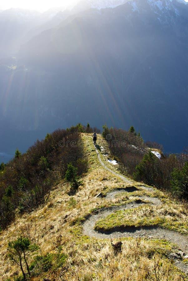 Fotvandrare i schweiziska Alpsberg royaltyfria foton