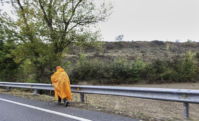 Fotvandrare med regn santiago arkivfoton