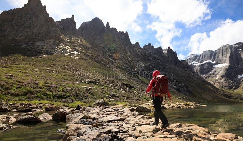 fotvandrare med ryggsäcken som går på berg för hög höjd arkivbilder