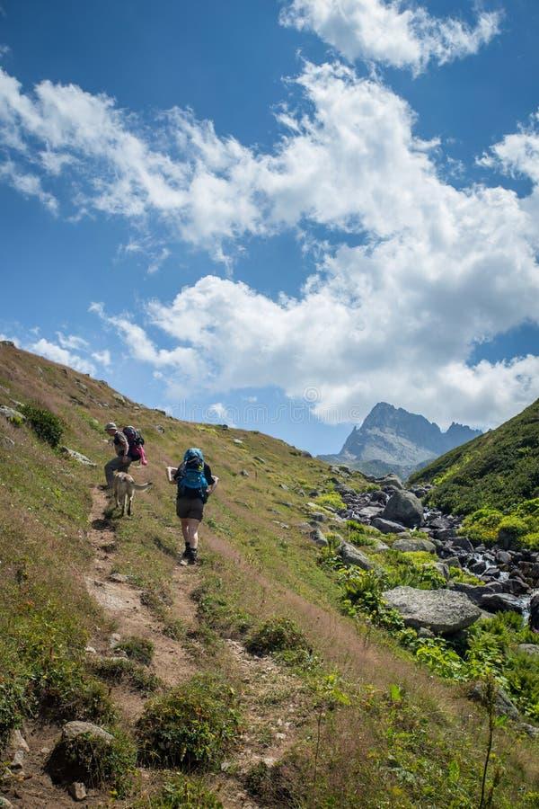 fotvandrare med stora ryggsäckar som fotvandrar på berget Kackarlar royaltyfri foto