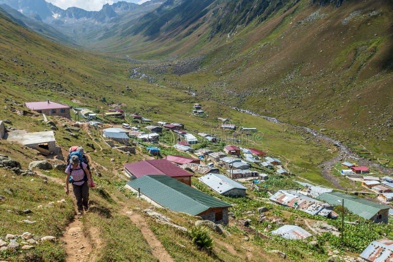fotvandrare med stora ryggsäckar som fotvandrar på berget Kackarlar royaltyfri fotografi