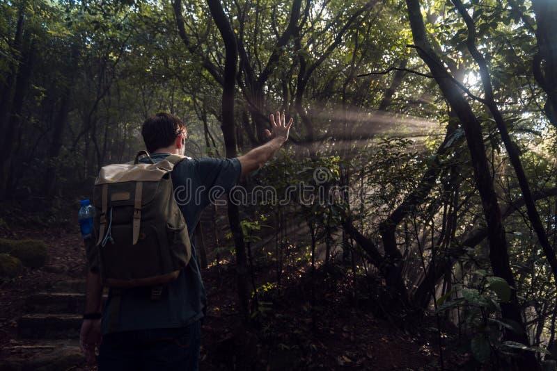 Fotvandrare och strålar av solen royaltyfria foton