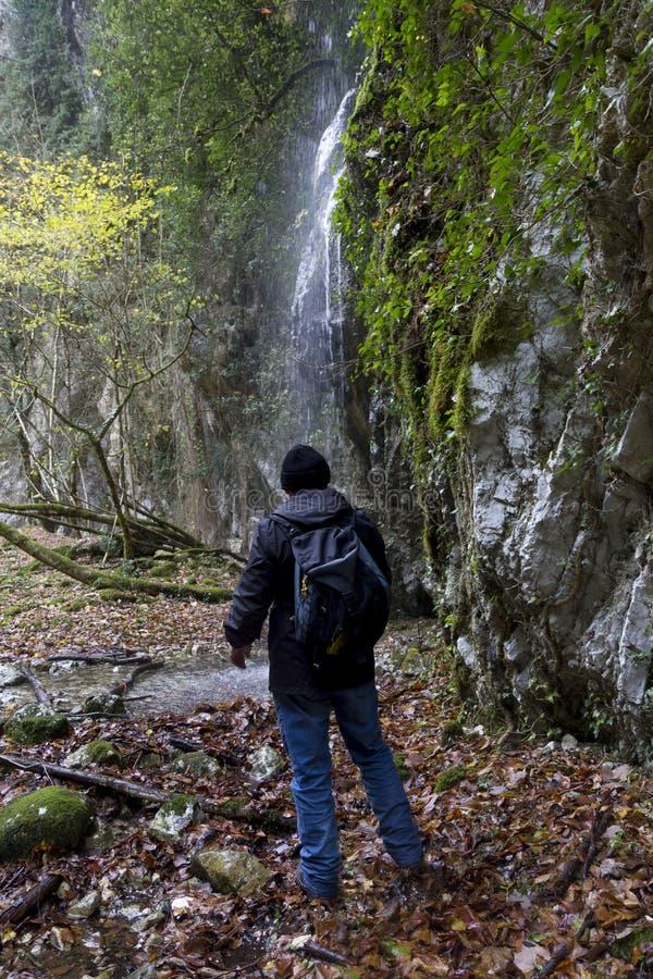 Fotvandrare och vattenfall royaltyfri foto