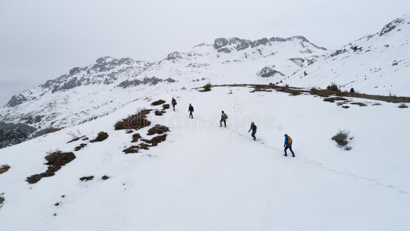 Fotvandrare på berget i vinter arkivbild