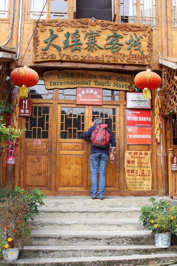 Fotvandrare på det internationella ungdomvandrarhemmet nära Longsheng i Kina arkivfoto