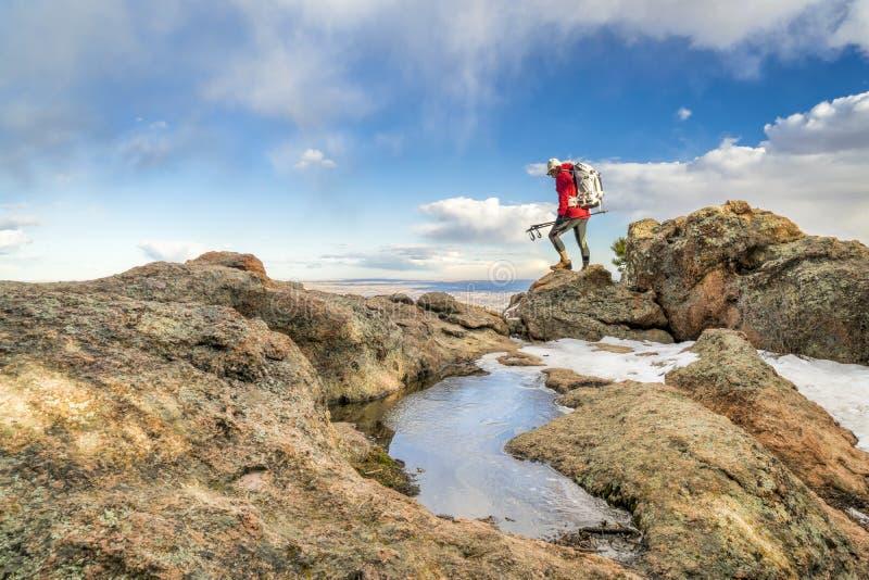 Fotvandrare på en bergkant i Colorado royaltyfria foton