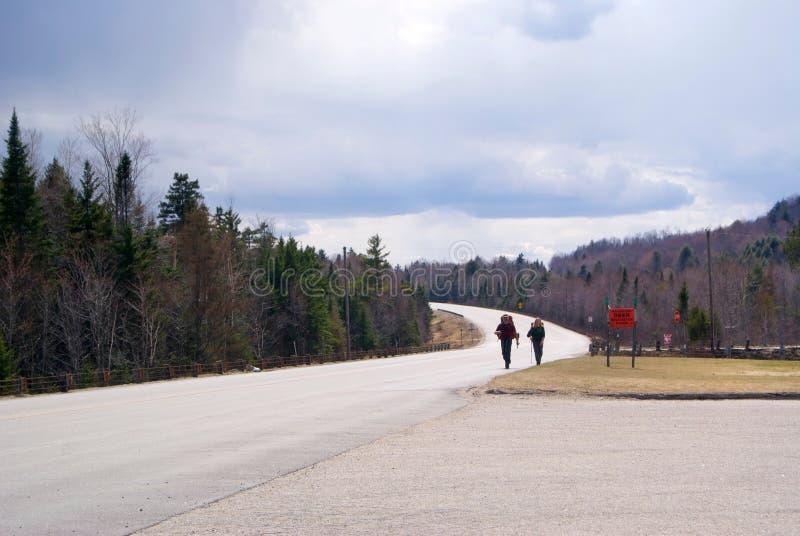 Fotvandrare på en bergväg fotografering för bildbyråer