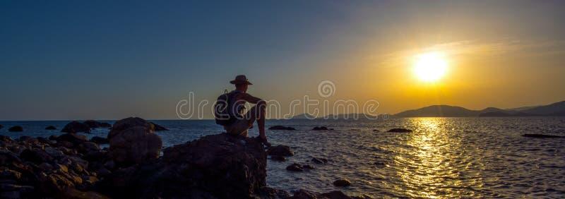 Fotvandrare på Krim för skönhethavslandskap bakgrund royaltyfria bilder
