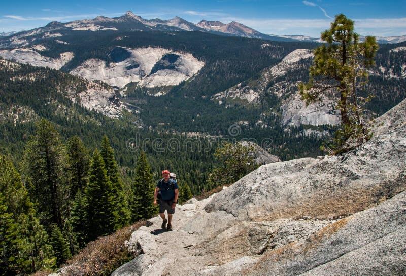 Fotvandrare på slingan till den halva kupolen, Yosemite royaltyfri bild