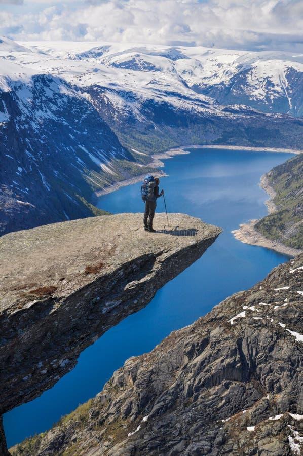 Fotvandrare på Trolltunga, Norge royaltyfri foto
