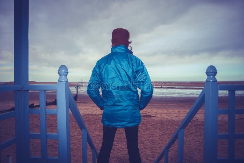 Fotvandrare som beundrar sikt av havet från strandkoja royaltyfri foto