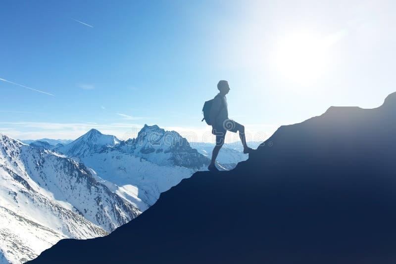 Fotvandrare som fotvandrar på berget under vinter arkivfoton
