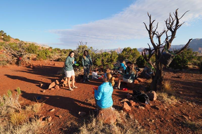 Fotvandrare som har frukosten i Grand Canyon arkivfoto