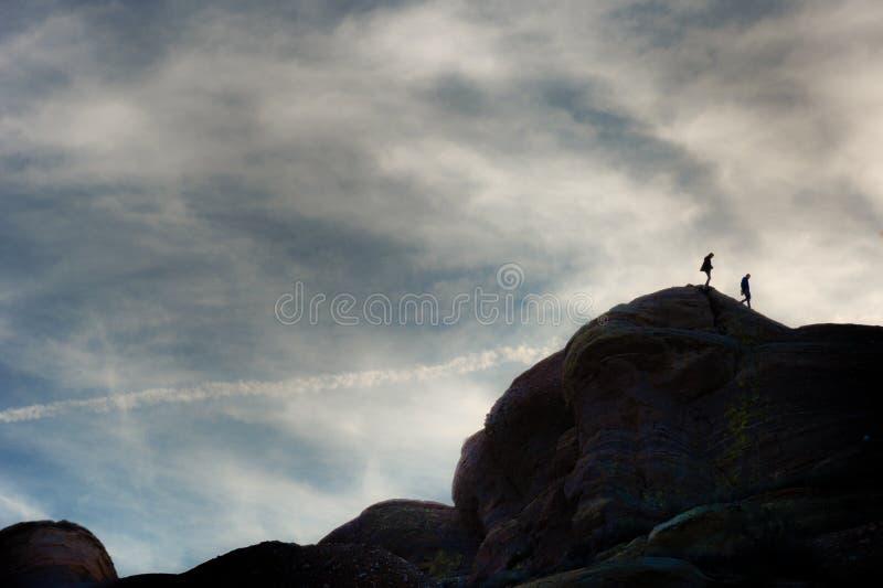 Fotvandrare som klättrar på, vaggar bildande på Vasquez vaggar naturligt område parkerar arkivfoto