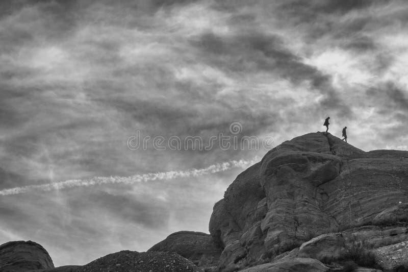 Fotvandrare som klättrar på, vaggar bildande på Vasquez vaggar naturligt område parkerar, svart & vit arkivbild