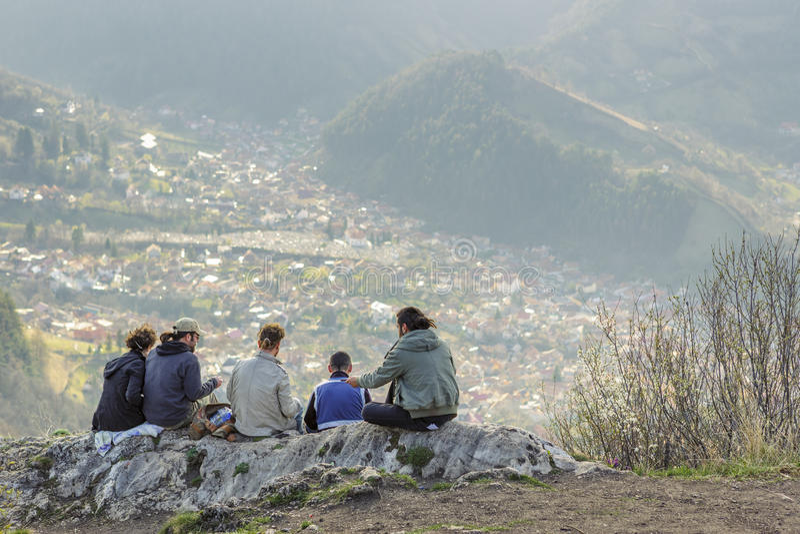 Fotvandrare som tycker om Brasov stadspanorama royaltyfri foto