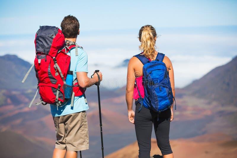 Fotvandrare som tycker om sikten från bergöverkanten arkivbilder