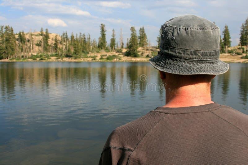 Fotvandrare som ut ser över laken arkivbild