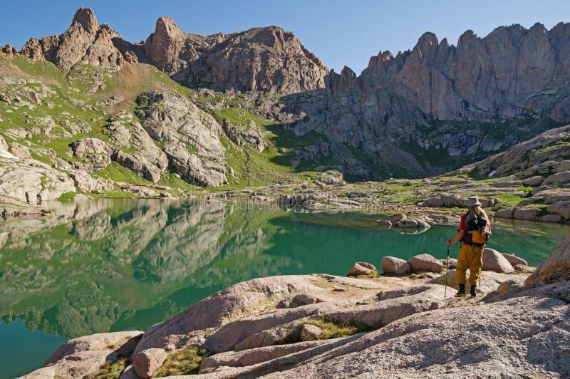 Fotvandrare vid berg sjön arkivbilder