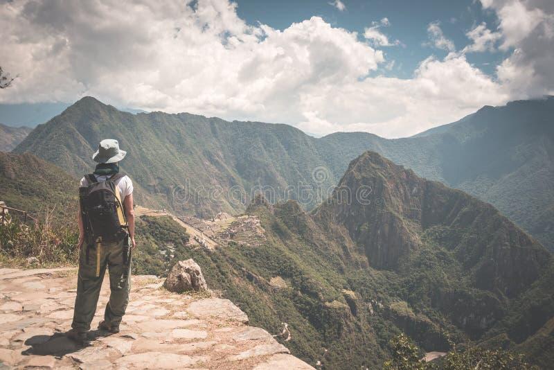 Fotvandrareanseende i begrundande på Inca Trail ovanför Machu Picchu, den mest besökte loppdestinationen i Peru Bakre sikt, arkivfoto