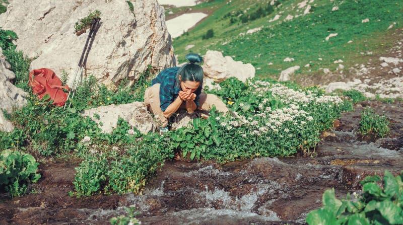 Fotvandraredricksvatten från liten vik royaltyfri fotografi