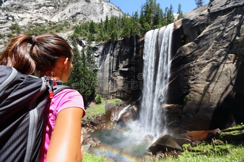 Fotvandrareflicka som ser den Vernal nedgången, Yosemite, USA arkivbild