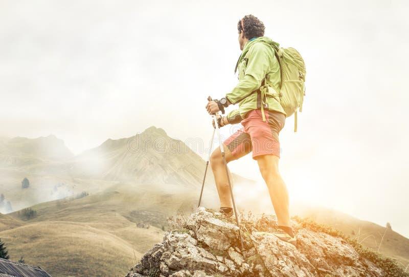 Fotvandrareklättring på bergen royaltyfria bilder
