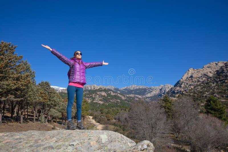 Fotvandrarekvinna med öppna armar i det Pedriza berget nära Madrid royaltyfria foton
