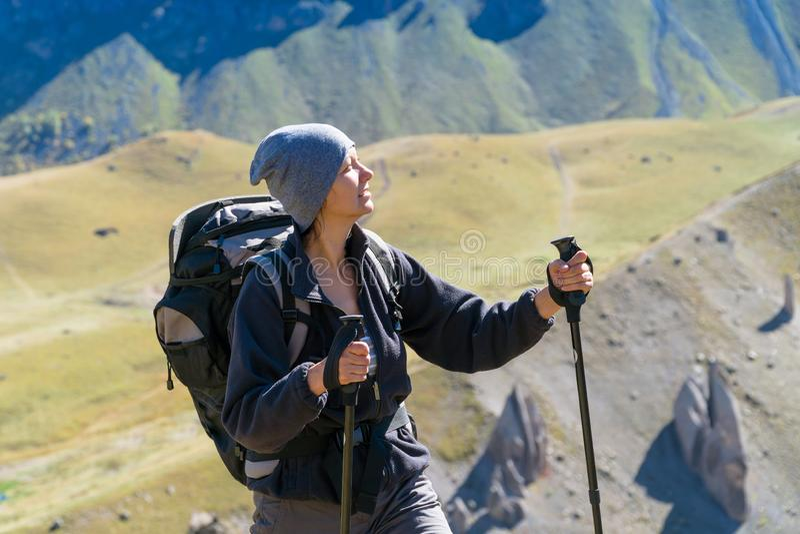 Fotvandrarekvinna som går berg royaltyfri bild