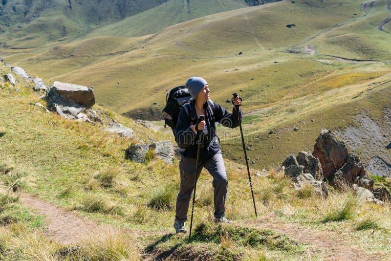 Fotvandrarekvinna som går berg arkivbilder