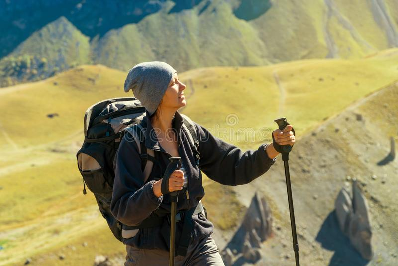 Fotvandrarekvinna som går berg arkivfoto