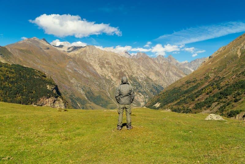 Fotvandrarekvinna som går berg arkivbild