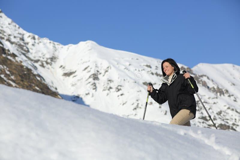Fotvandrarekvinna som trekking på snön royaltyfri fotografi