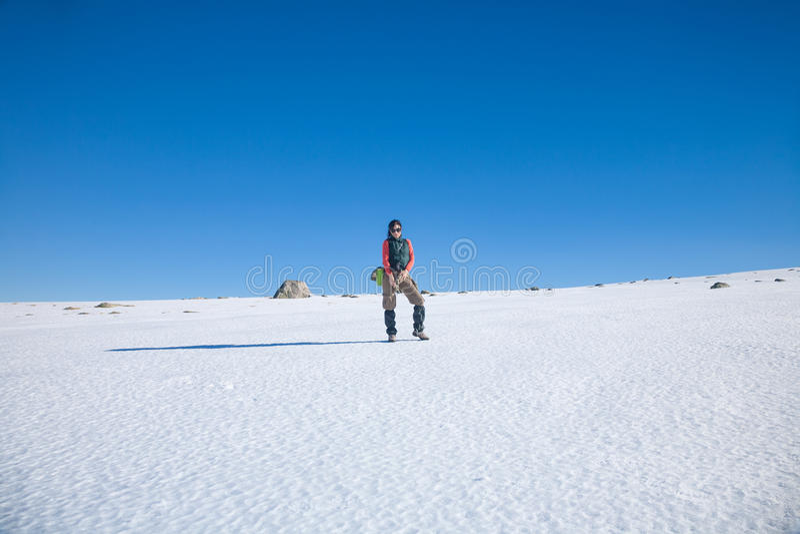 Fotvandrarekvinnaanseende i snö royaltyfri fotografi