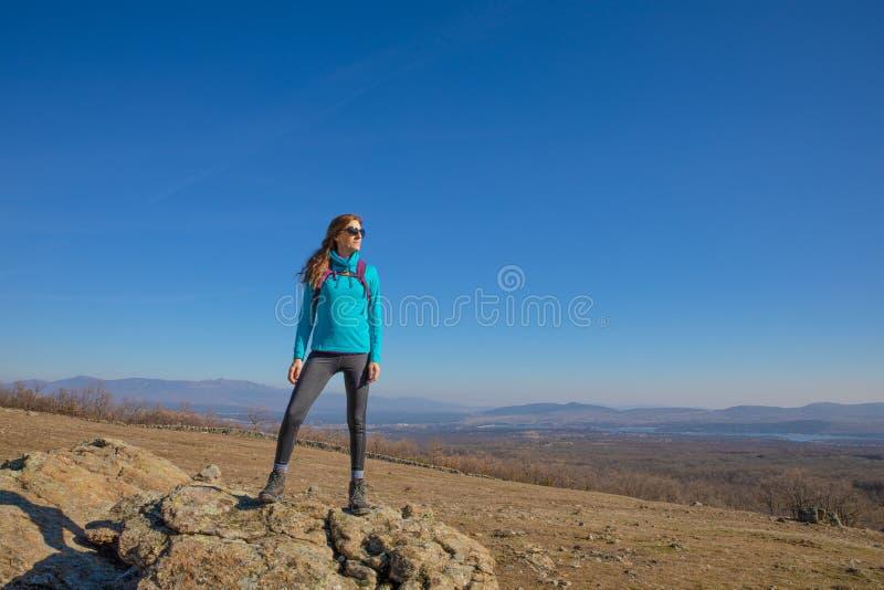 Fotvandrarekvinnaanseendet vaggar på i det Madrid berget arkivfoton