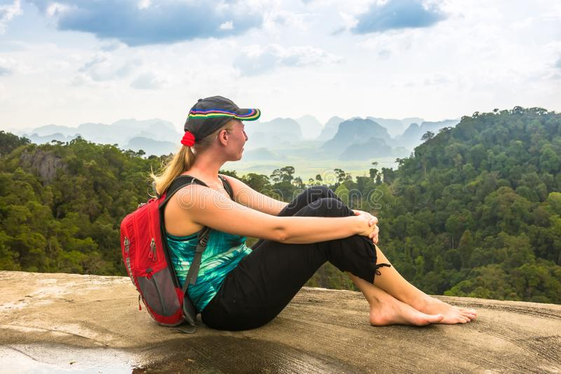 Fotvandrarekvinnan beundrar den Thailand regnskogen arkivfoto