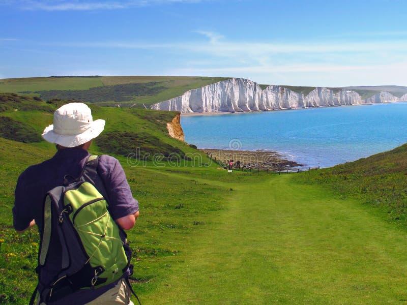 Fotvandraren att närma sig vita klippor av sju systrar, östliga Sussex, England royaltyfri bild