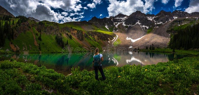 Fotvandraren ser den blåa sjön Ridgway Colorado arkivfoto