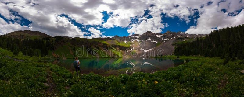 Fotvandraren ser den blåa sjön Ridgway Colorado royaltyfri bild