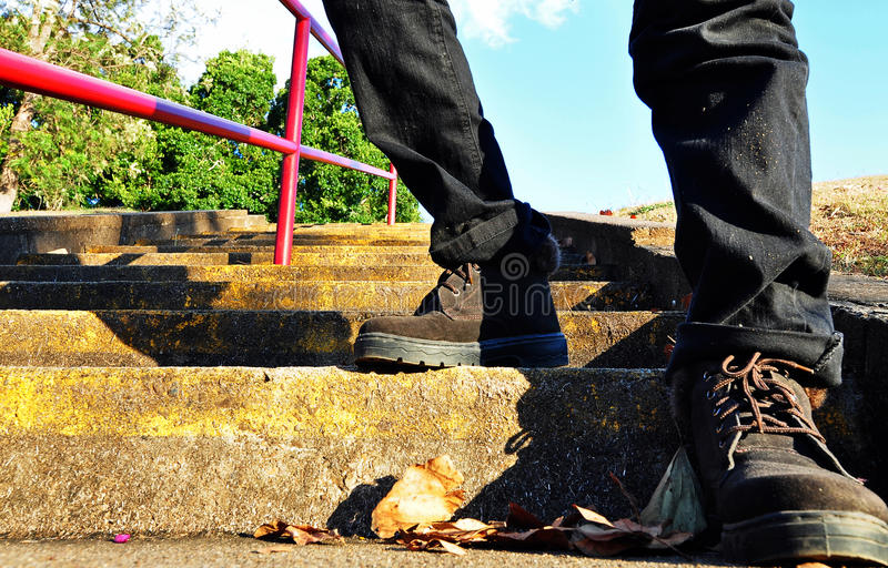 Fotvandraren startar höga moment för klättring royaltyfri fotografi