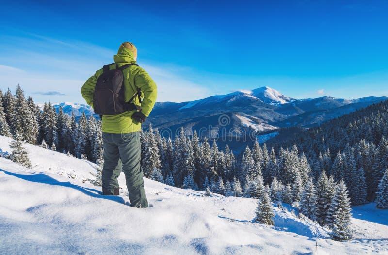 Fotvandraren tycker om vintern fotografering för bildbyråer